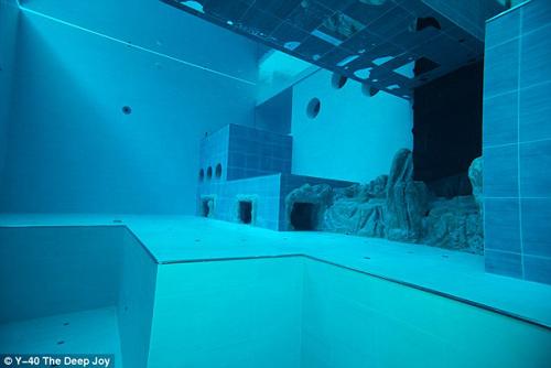 Choáng ngợp bể bơi sâu nhất thế giới - 6