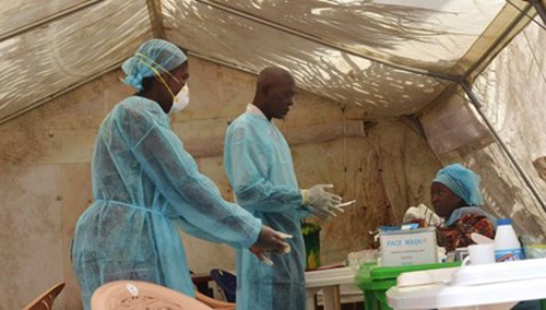 be 6 thang tuoi khat sua nam ben me chet vi ebola - 2