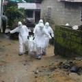 Tin tức - Bé 6 tháng tuổi khát sữa nằm bên mẹ chết vì Ebola