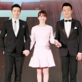 """Làng sao - Song Hye Kyo """"lọt thỏm"""" giữa hai trai đẹp"""