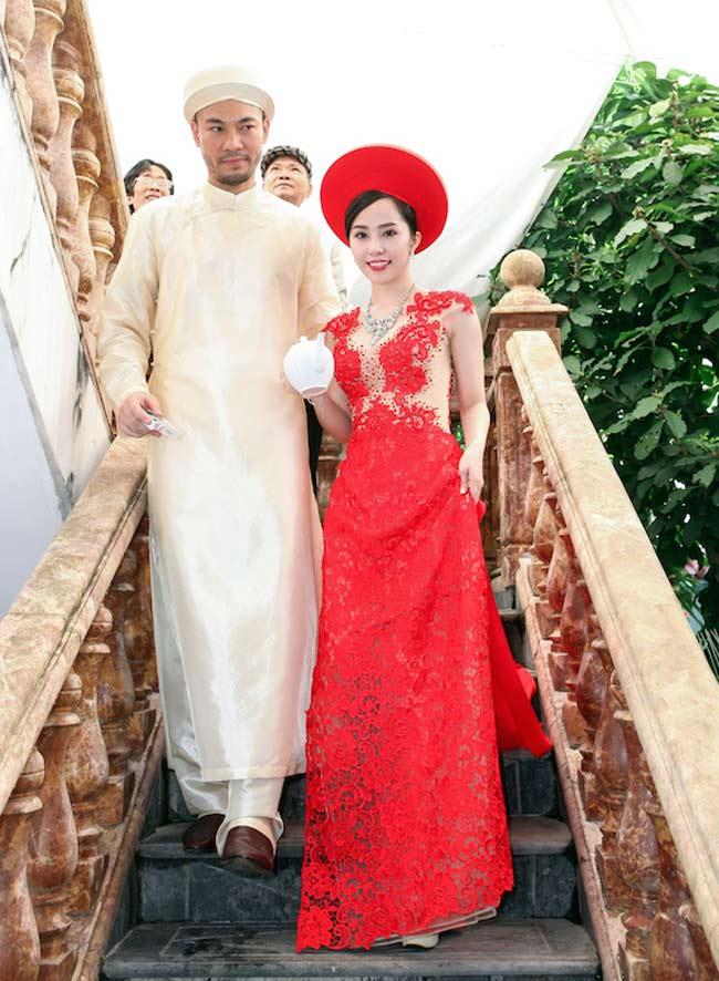 Quỳnh Nga với chiếc áo dài đỏ đầy gợi cảm