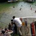 Tin tức - Ấn Độ: Xe bus lao xuống hồ, 46 người thương vong