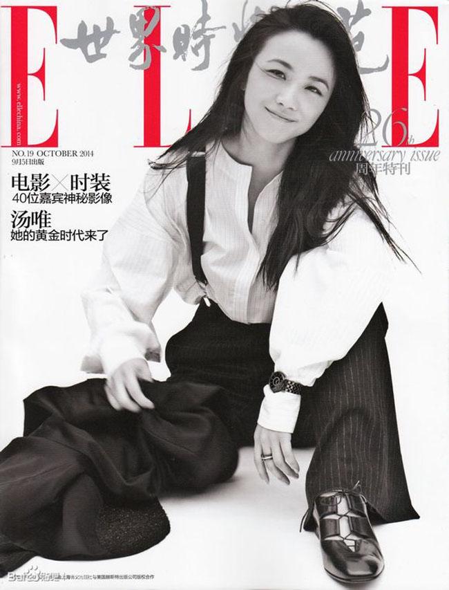 Quần đen rộng, sơ mi trắng quá khổ, trang điểm nhẹ nhàng, Thang Duy giống như một phiên bản nữ của vua hề Charles trên tạp chí Elle số tháng 10.
