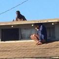 Tin tức - Mỹ: Nghẹt thở cảnh cô gái nấp dưới mái nhà trốn kẻ trộm