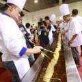 Tin tức - Kỷ lục chiếc quẩy khổng lồ dài gần 4m