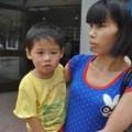 Tin tức - Bé 2 tuổi bị hàng xóm hành hạ, đổ rượu vào mồm