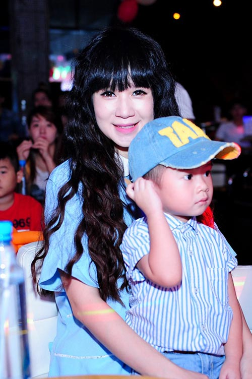 minh ha bau 7 thang sanh dieu di ung ho chong - 9