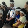 Tin tức - Bé 4 tuổi chống gậy xem tòa xử kẻ giết cha mình