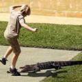 """Chuyện lạ - Cậu bé liều mình """"giỡn"""" mặt cá sấu để…mừng sinh nhật"""