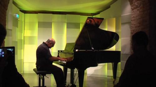 bac si phau thuat bi set danh tro thanh nghe si piano - 1