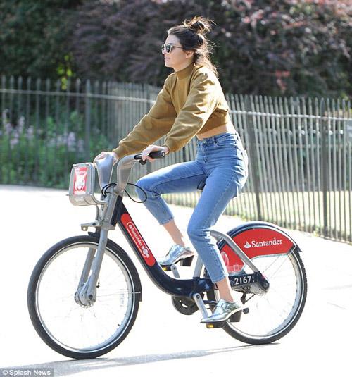 Em gái Kim Kardashian khoe vòng eo con kiến-1