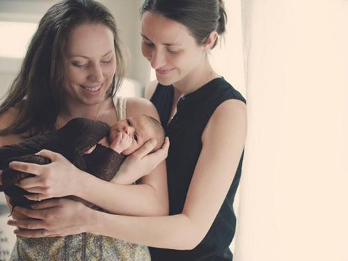 Xúc động clip sinh mổ của 2 bà mẹ đồng tính-2