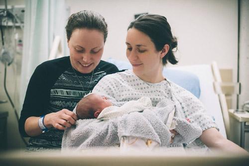 Xúc động clip sinh mổ của 2 bà mẹ đồng tính-1