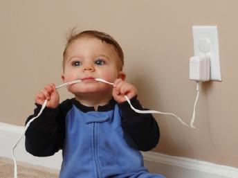 Cách phòng tránh bị điện giật cho bé - 2
