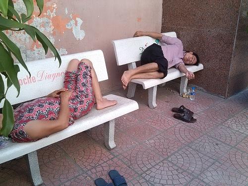 Bà bầu vật vã đi khám thai trong nắng nóng trên 40 độ C-10