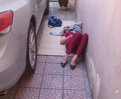 Bà bầu vật vã đi khám thai trong nắng nóng trên 40 độ C-12