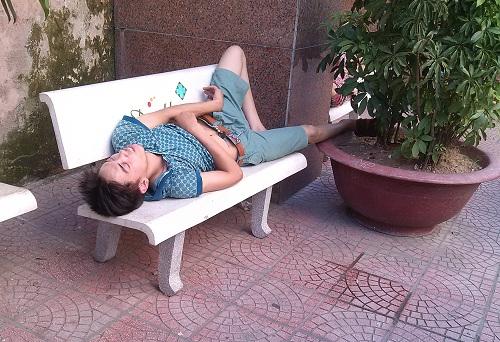Bà bầu vật vã đi khám thai trong nắng nóng trên 40 độ C-9