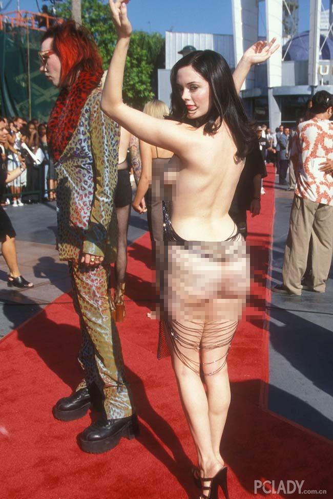 Những bộ váy xuyên thấu gây chấn động thảm đỏ thế giới