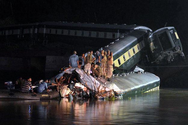 Pakistan: Tàu quân sự lao xuống kênh, 17 người chết-1