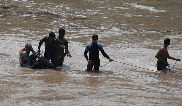 Pakistan: Tàu quân sự lao xuống kênh, 17 người chết-4