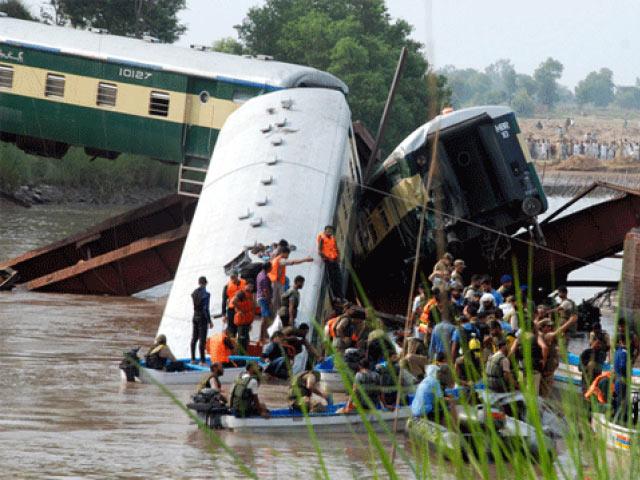 Pakistan: Tàu quân sự lao xuống kênh, 17 người chết-3