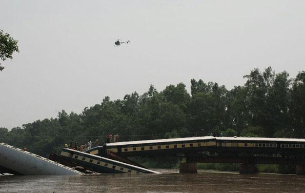 Pakistan: Tàu quân sự lao xuống kênh, 17 người chết-2