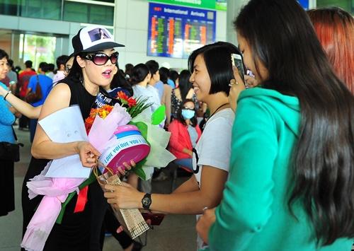 fan vay kín tạng hoa, quà cho thu phuong ỏ san bay - 1