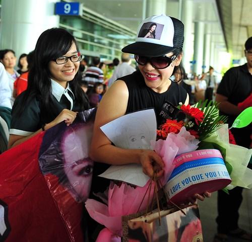 fan vay kín tạng hoa, quà cho thu phuong ỏ san bay - 2