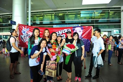 fan vay kín tạng hoa, quà cho thu phuong ỏ san bay - 3