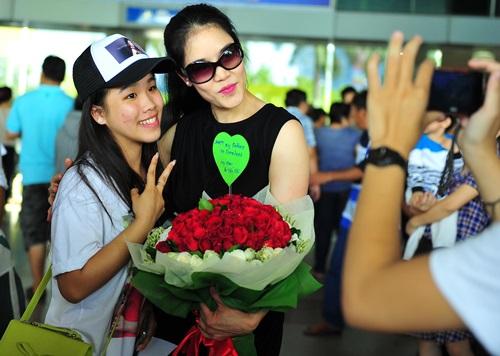 fan vay kín tạng hoa, quà cho thu phuong ỏ san bay - 5