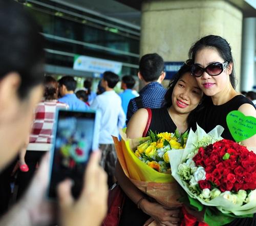 fan vay kín tạng hoa, quà cho thu phuong ỏ san bay - 7