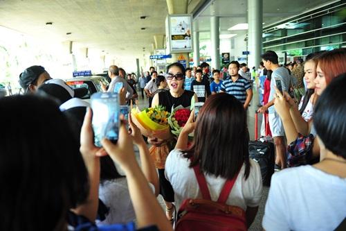 fan vay kín tạng hoa, quà cho thu phuong ỏ san bay - 8