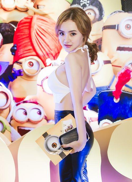 em gái angela phuong trinh khoe trọn lung tràn di xem phim - 1