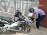 Giáo dục - Đến muộn vì bố qua đời đột ngột, nữ sinh gục khóc trước cổng trường
