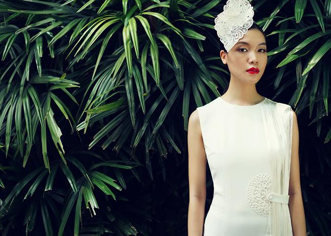 Hoa hậu Thùy Dung xuất hiện trong khu vườn xanh mướt với những trang phục trắng tinh khôi.