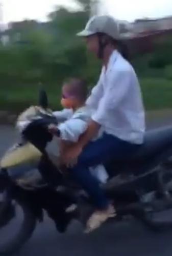 clip: be trai 5 tuoi phong xe may vu vu tren duong - 1
