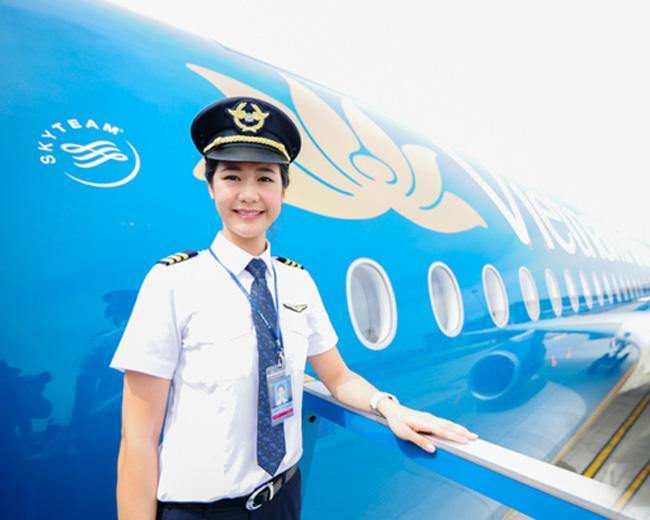 1. Huỳnh Lý Đông Phương. Côsinh năm 1989,là một trong những gương mặt nữ phi công nổi bật nhất của Vietnam Airlines hiện nay.