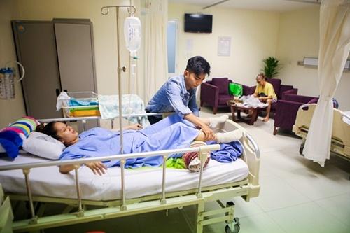 khanh thi va con trai duoc phan hien tan tinh cham soc - 4