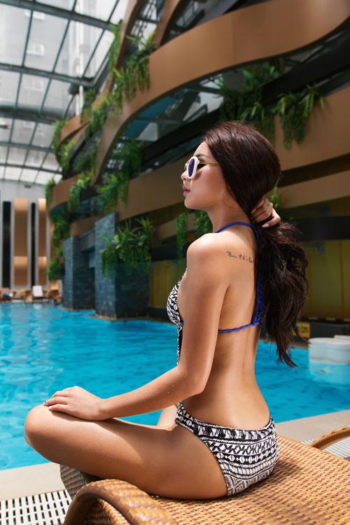 "lan da ngam ""nong ray"" nho bikini trang den - 7"