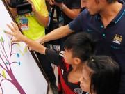 Tin hot - Trẻ em làng SOS vẽ tranh bằng bàn tay tặng cầu thủ Man City