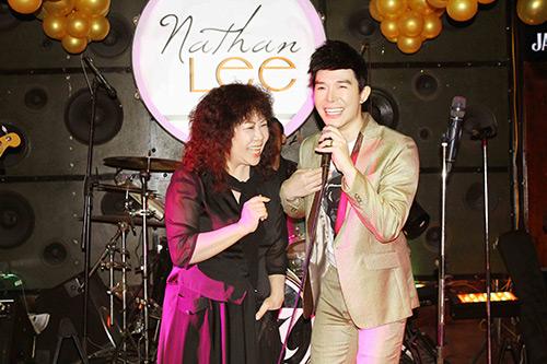 nathan lee xuc dong song ca cung me trong tiec sinh nhat - 9