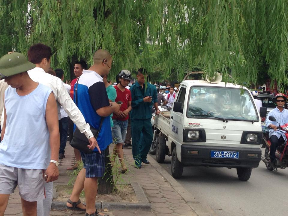 khong biet lai xe, muon taxi di thu roi …lao xuong song to lich - 5