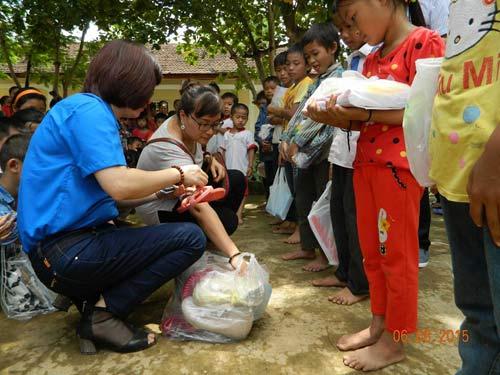 co giao nghen ngao vi hoc sinh them thuong banh, sua - 3