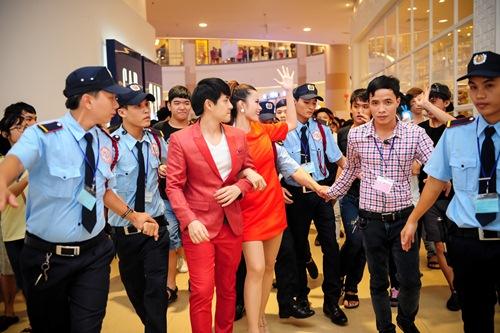 """dong nhi - ong cao thang duoc bao ve """"cuu nguy"""" khoi rung fan - 8"""