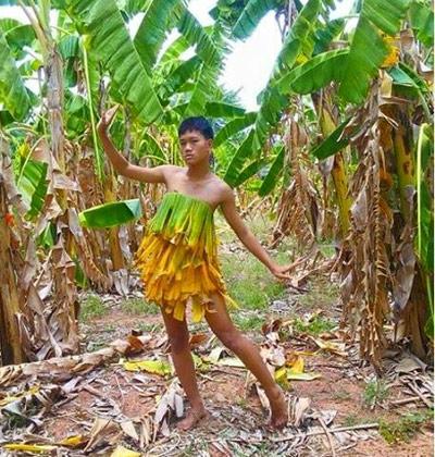 Cười xả ga với anh chàng mặc váy từ lá cây, lồng gà-4