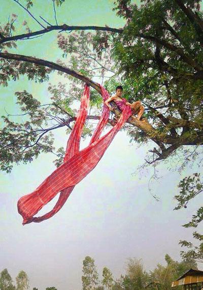 Cười xả ga với anh chàng mặc váy từ lá cây, lồng gà-14