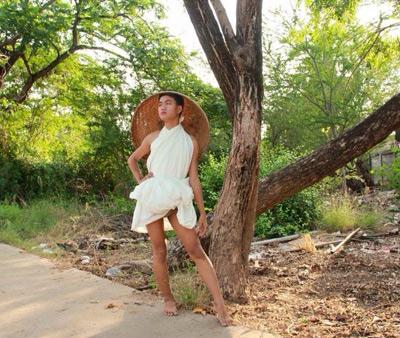 Cười xả ga với anh chàng mặc váy từ lá cây, lồng gà-10