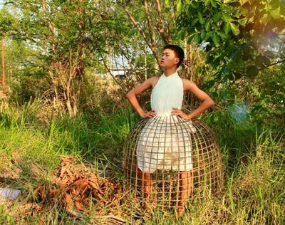 Cười xả ga với anh chàng mặc váy từ lá cây, lồng gà-11
