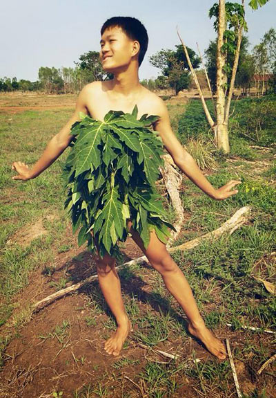 Cười xả ga với anh chàng mặc váy từ lá cây, lồng gà-7