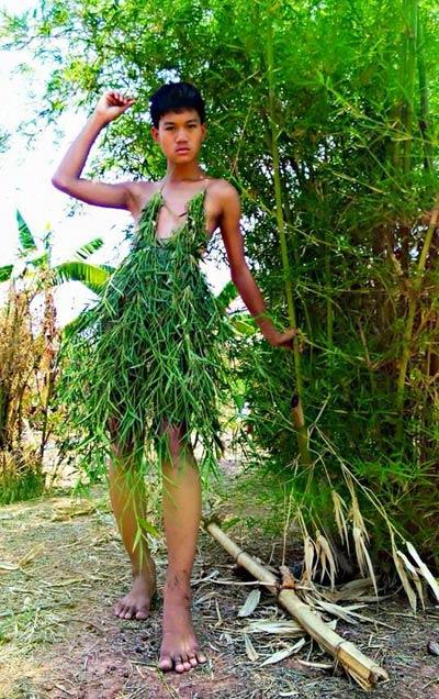 Cười xả ga với anh chàng mặc váy từ lá cây, lồng gà-3